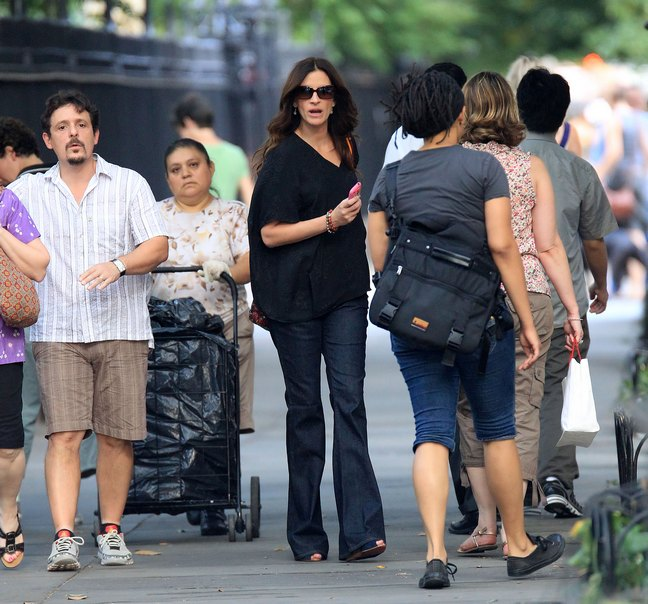Julia Roberts, black top, jeans, blue sandals, sunglasses, bracelets, mobile phone, bag