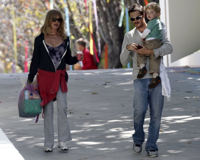 Oliver Hudson, jeans, sunglasses, gray shirt, Wilder Hudson, Goldie Hawn, sunglasses, necklace, basket, tank top, black jacket