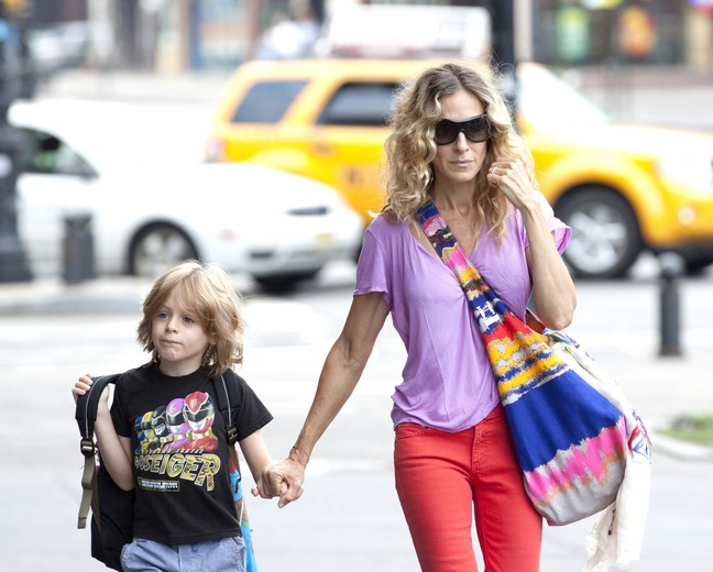 Sarah Jessica Parker, purple top, lavendar tshirt, coral pants, pink pants, tote bag, colorful purse