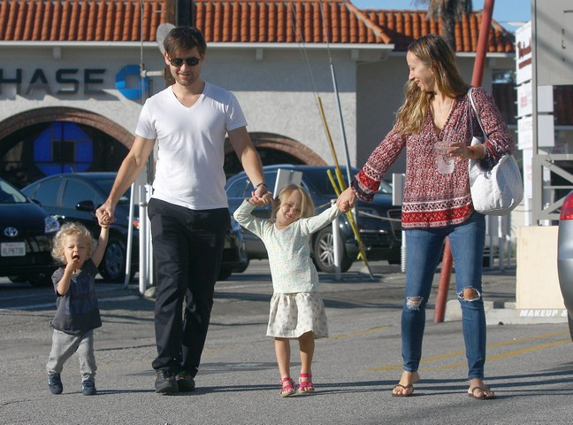 Tobey Maguire, white tshirt, black pants, Jennifer Meyer