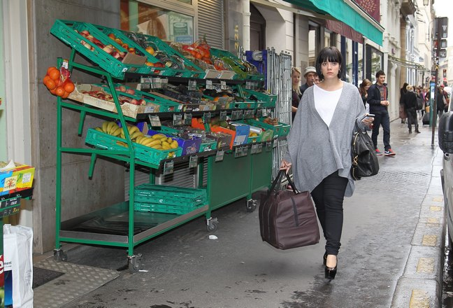 Lily Allen, gray sweater, white shirt, black heels, black leggings