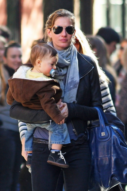 gisele bundchen, sunglasses, scarf, black jacket, jeans,