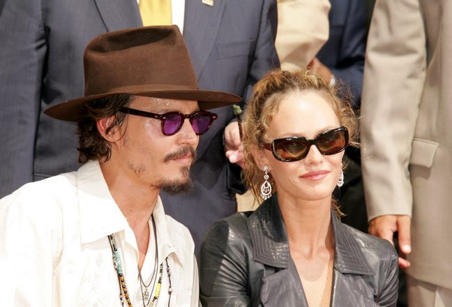 Johnny Depp, white shirt, tan pants, brown hat, sunglasses, Vanessa paradis