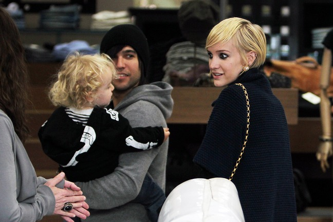 Ashlee simpson, black coat, pixie haircut