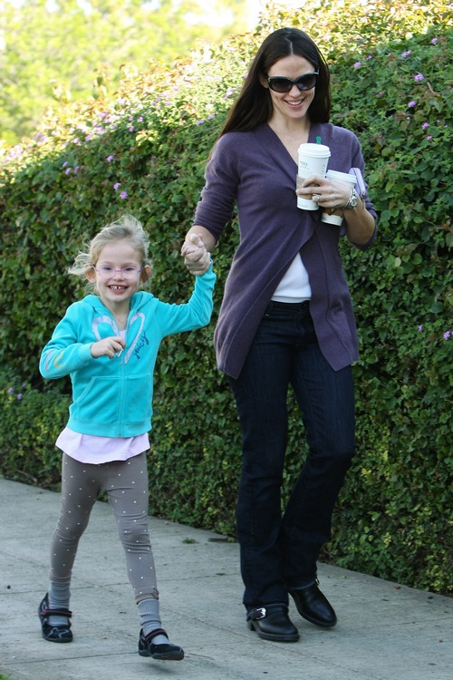 jennifer garner, gray sweater, black boots, jeans, sunglasses