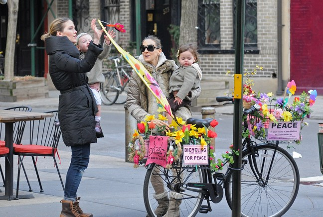 Sarah Jessica Parker Strolls NYC With Her Twin Daughters