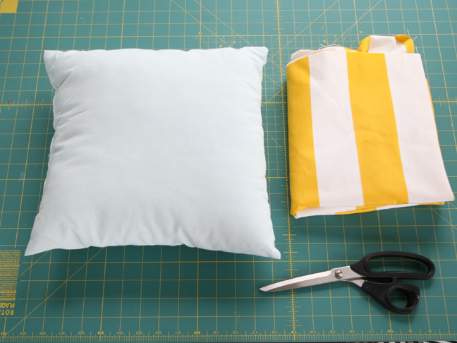 diy simple envelope pillow tutorial step by step with photos. Black Bedroom Furniture Sets. Home Design Ideas