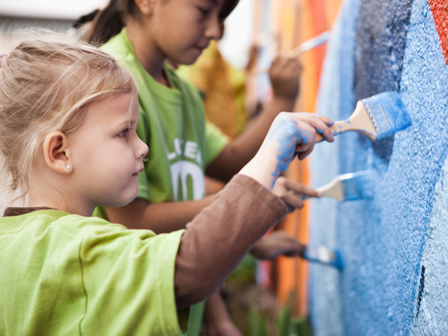 little-girl-painting-volunteering