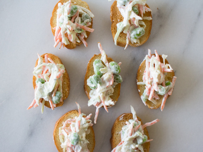 shredded-veggie-ranch-crostini