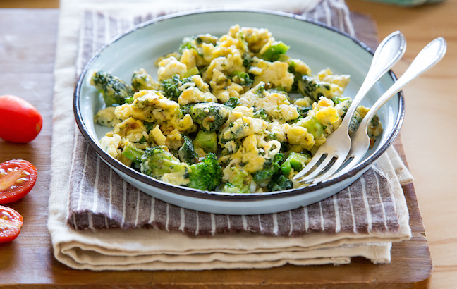 This cheesy broccoli kale egg scramble recipe is loaded with fresh ...