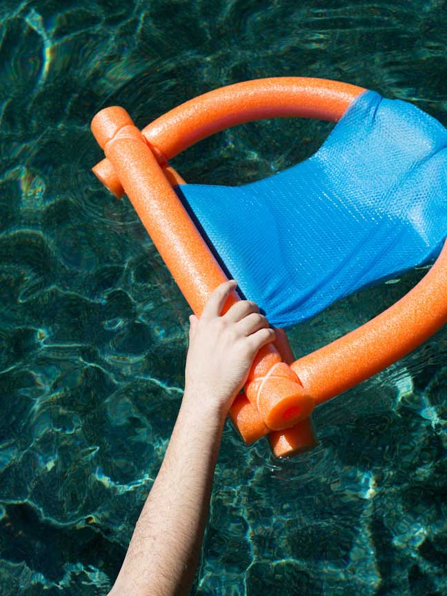 pool-noodle-float-hand