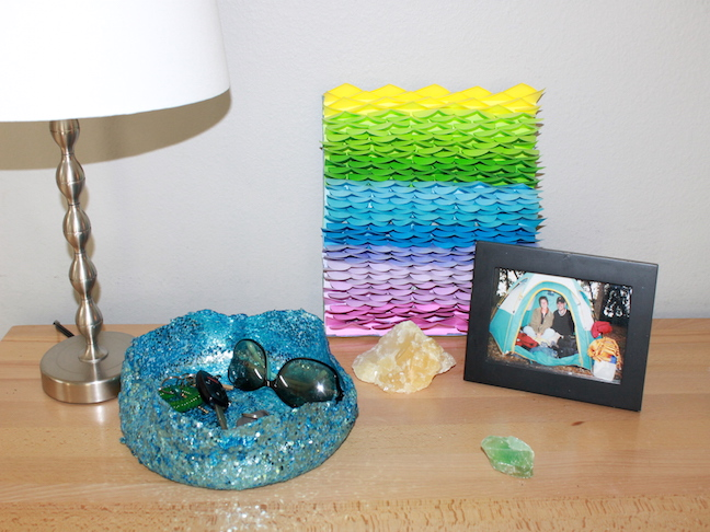 glitter bowl next to a lamp, rocks and photo frame