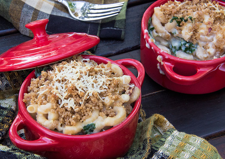 mac and cheese with turkey mince in red mini dutch ovens