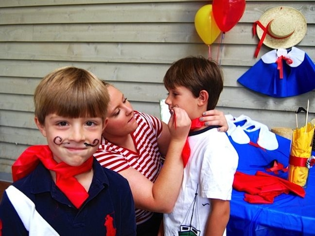 mustache-paris-red-balloons-madeline-party