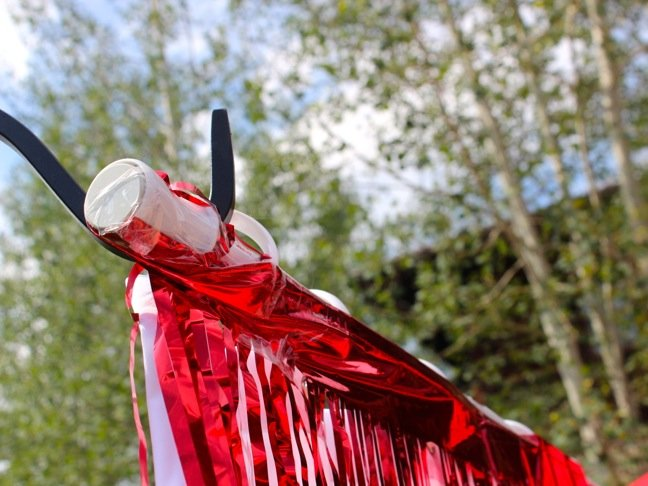 white-curtain-rod-with-red-metallic-fringe