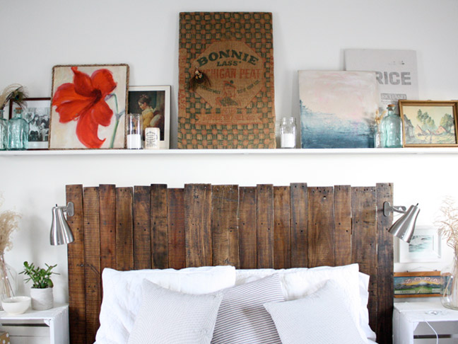 33 genius diy headboards you 39 ll want in your house now for Pallet headboard with shelves